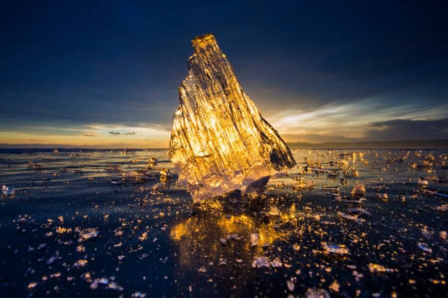 Lever de soleil à travers la glace