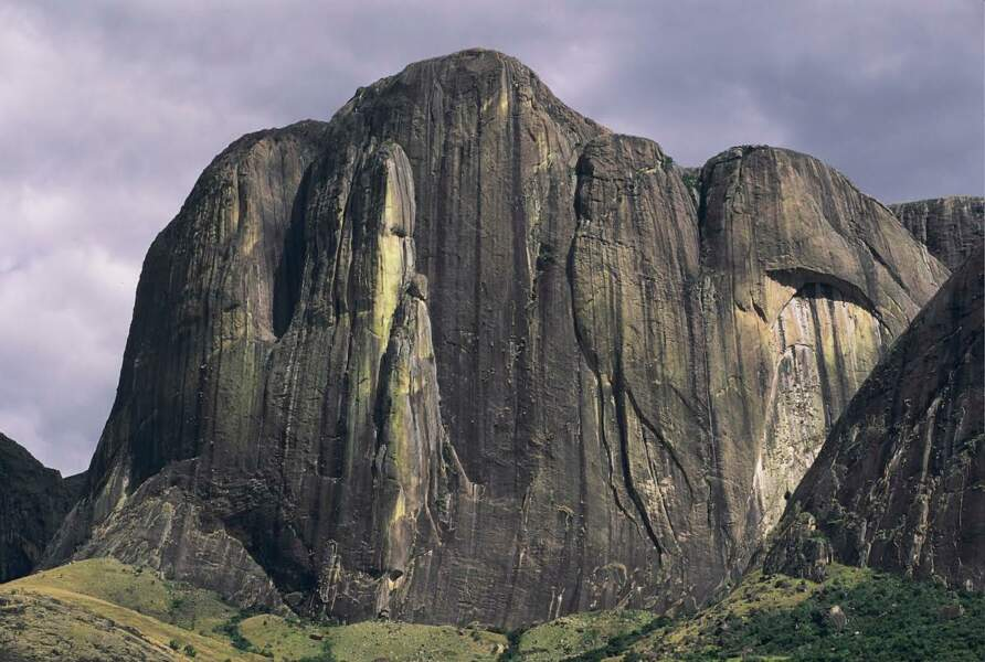 A Madagascar, la paroi du Tsaranoro, découverte en 1995, présente une paroi de granit de 700 m