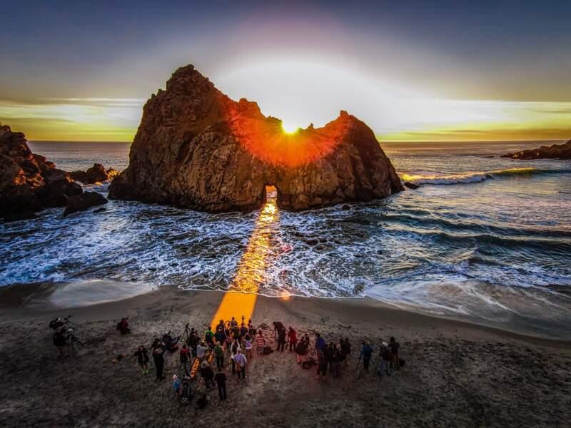 Lors du solstice d'hiver, un faisceau de lumière inonde la plage de Pfeiffer Beach en Californie (Etats-Unis)