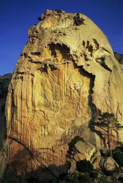 En Corse, la petite paroi de la Pointe du Corbeau constitue un terrain de jeu en granit sculpté unique