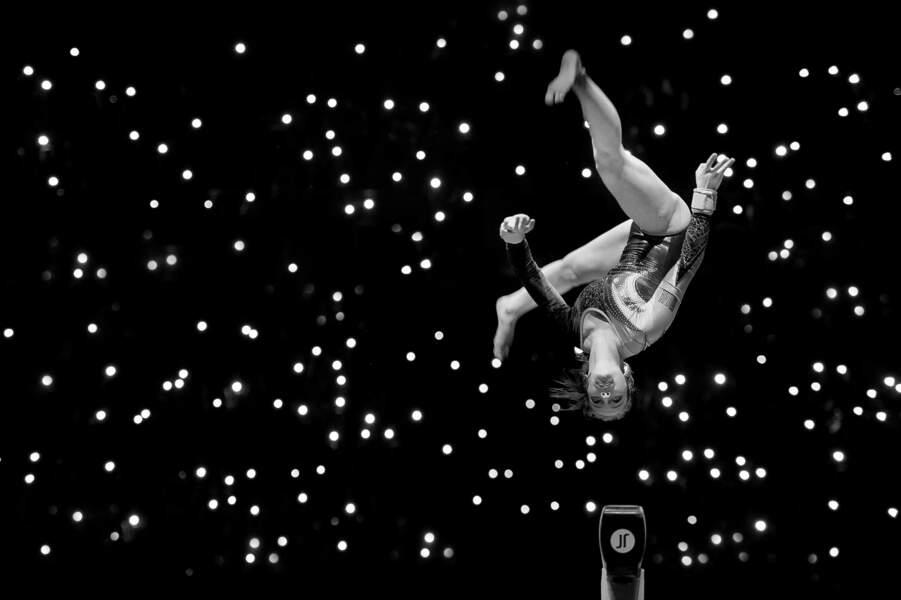 Anvers, Belgique : démo de gymnastique sur fond de loupiotes de téléphones portables
