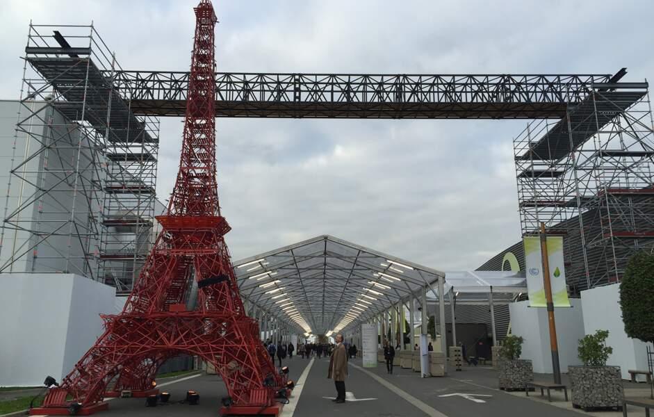 Une tour Eiffel en chaises Bistro