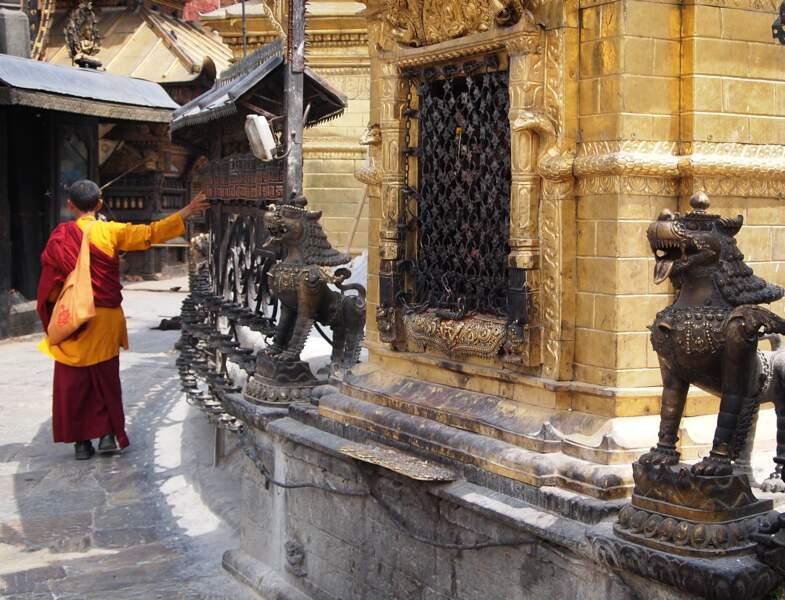 Faire tourner un mani korlo, moulin à prières bouddhiste