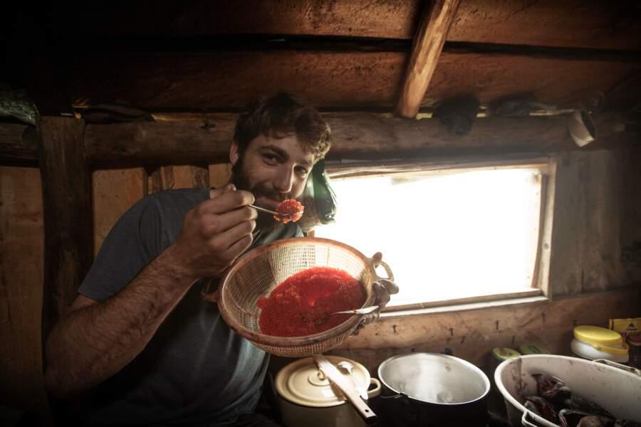 Des œufs de saumon à la cuillère