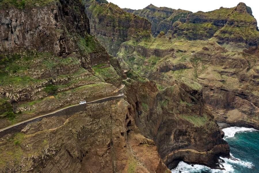 La route enlace la montagne et joue les funambules
