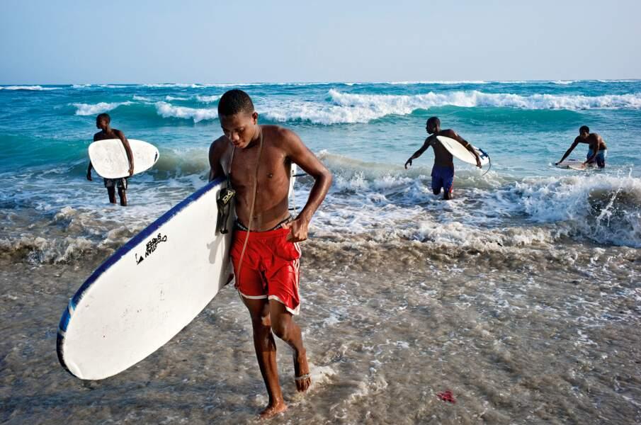Chaque week-end, les vagues de la côte sud attirent les fans de glisse