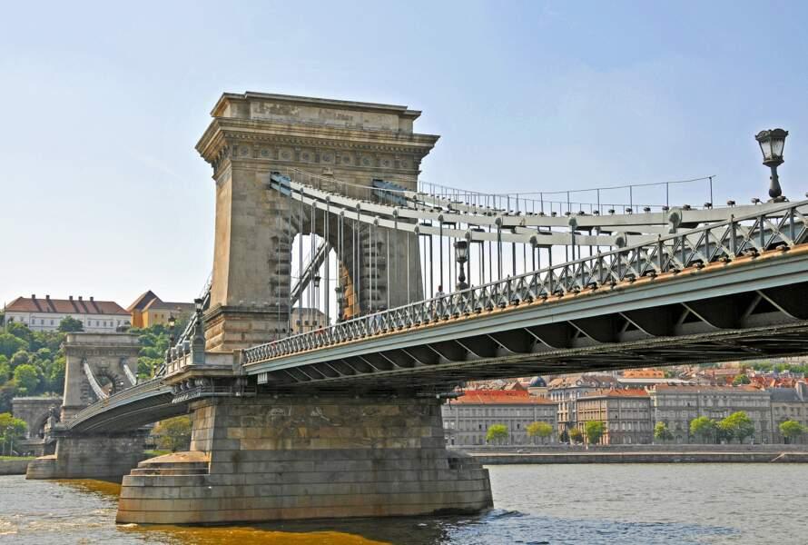 Traverser le Pont des Chaînes