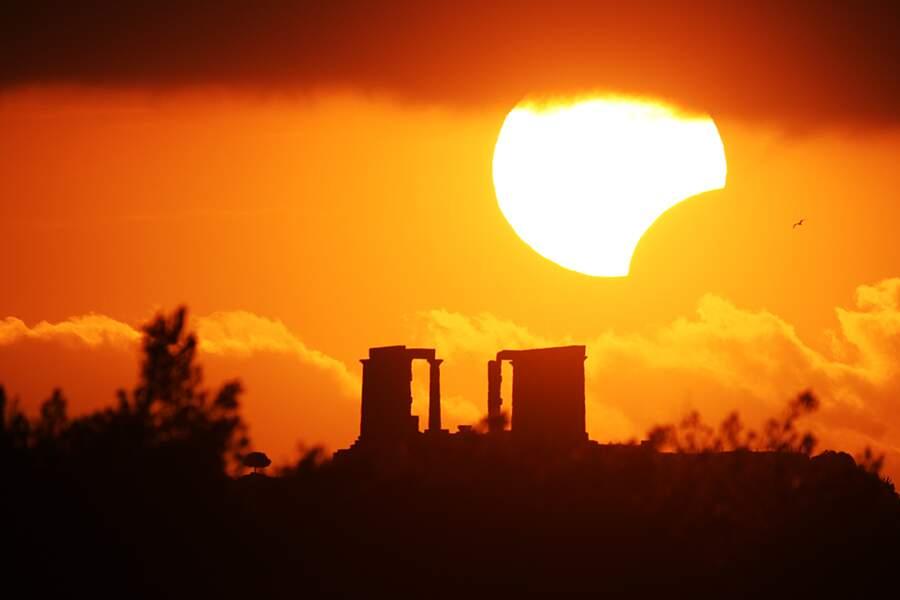 Eclipse solaire vue depuis les vestiges du temple de Poséidon, en Grèce