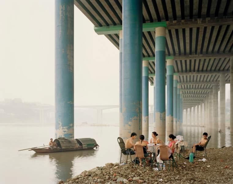 """Pique-nique du dimanche dans la ville de Chongqing, série sur """"Yangtze, The Long River"""", 2006-07"""
