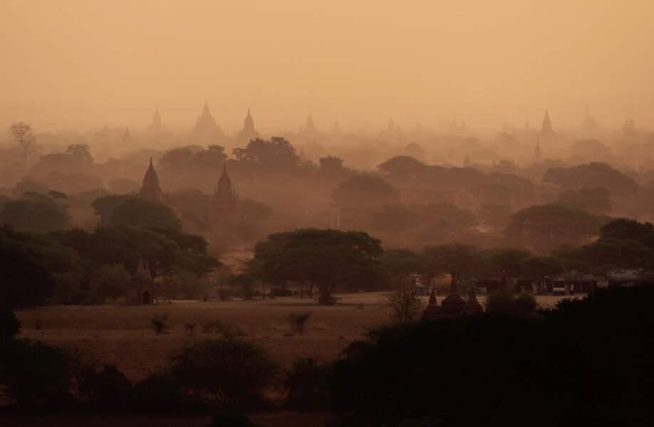 Paysage magique en Birmanie avec ce coucher de soleil sur les multiples temples et pagodes de Bagan