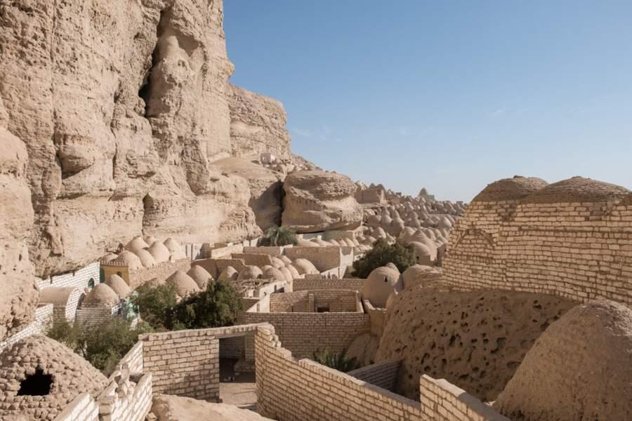 Les briques servent aussi à bâtir leur dernière demeure
