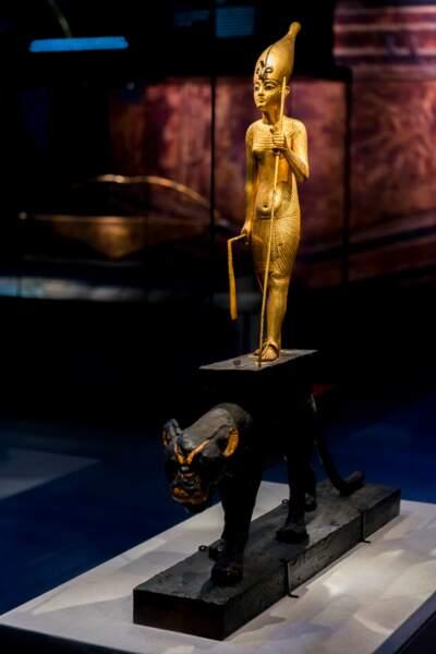 Statuette en bois doré de Toutankhamon/Meritaton chevauchant une panthère
