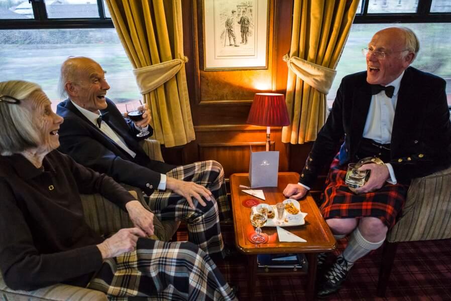 Le conférencier Ian Gardiner (en kilt), conférencier attitré du voyage