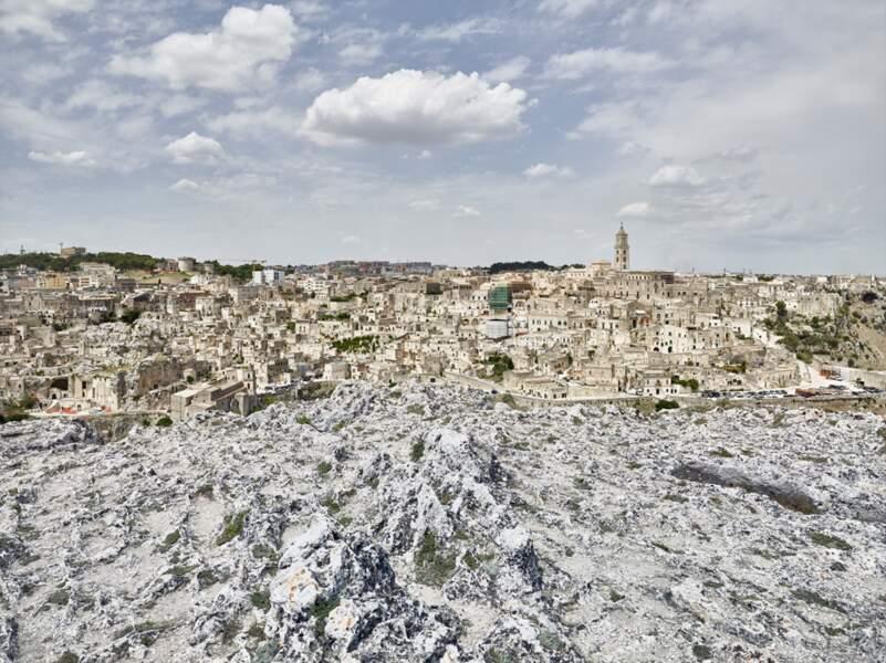 Perchée sur son promontoire calcaire, Matera vue depuis la ravine
