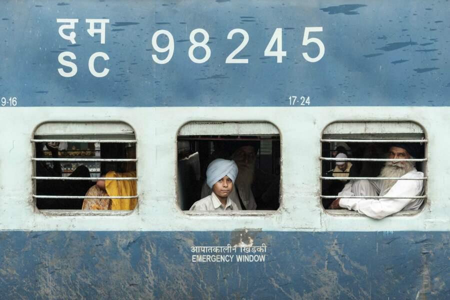 Garçon sikh à la gare d'Agra, en Inde