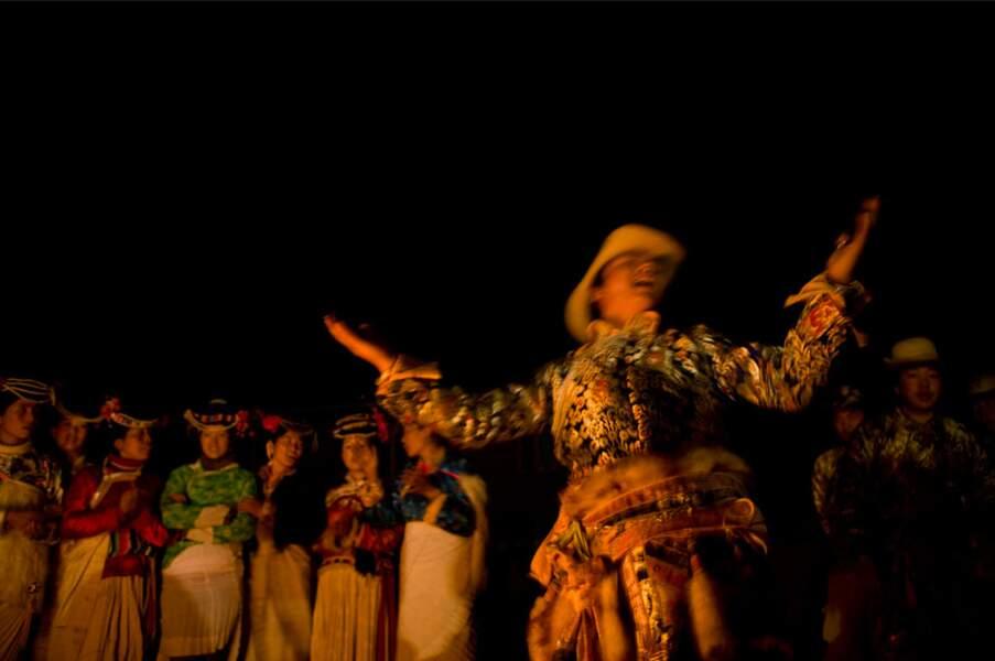 A Loshui, danse du feu pour touristes