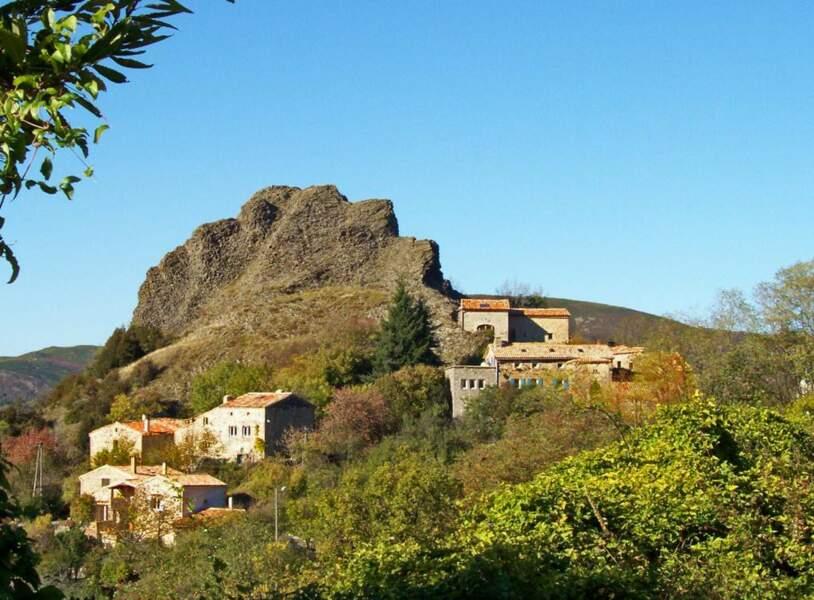 Ajoux, un hameau sous le rocher