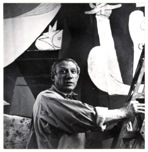 """""""Picasso sur un escabeau peignant « Guernica » dans l'atelier des Grands-Augustins"""", Dora Maar"""