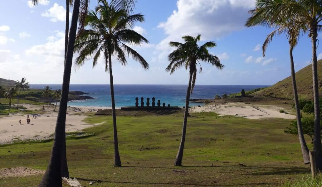 Site d'Anakena, plage de sable blanc dans le parc national de Rapa Nui