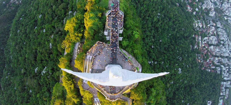 La statue emblématique du Christ Rédempteur, au sommet du Corcovado, domine la ville de Rio de Janeiro au Brésil