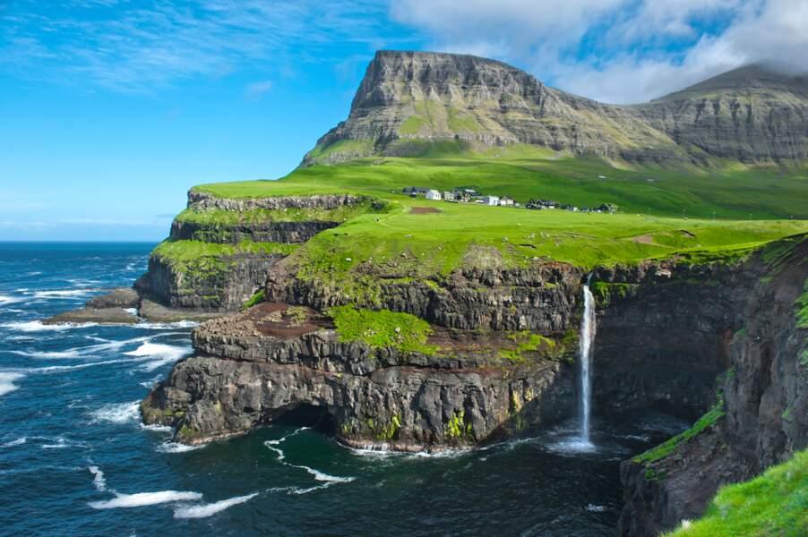Le village au bord de la falaise