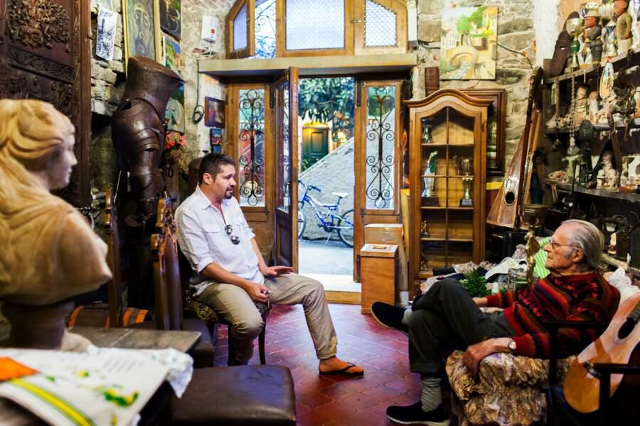 Salvatore Nicola, 88 ans dans son salon avec son fils, Frederic, à Monterosso