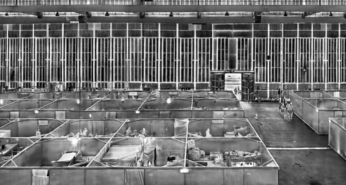 """Réfugiés dans un hangar de Tempelhof, Berlin, série """"Heat Maps"""", 2016-17"""