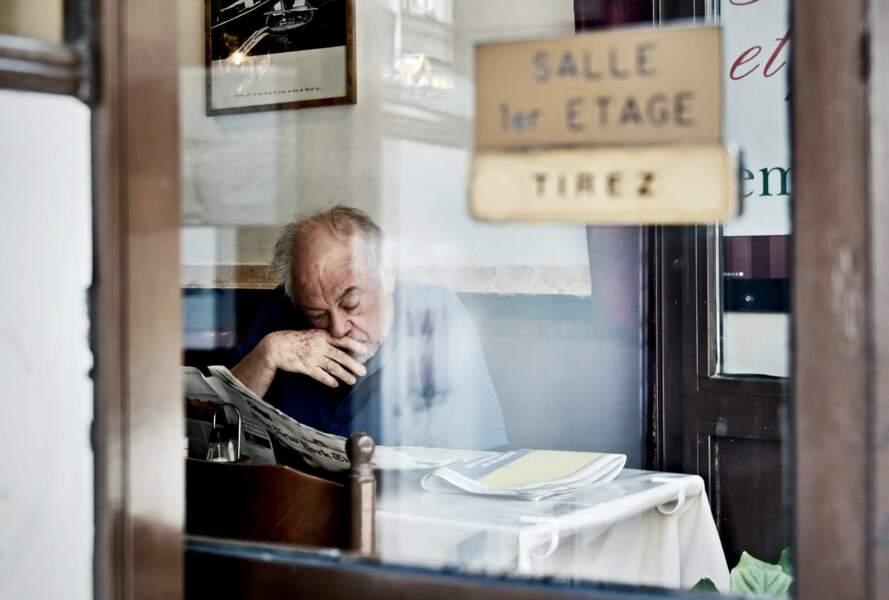 Instant lecture dans un café parisien