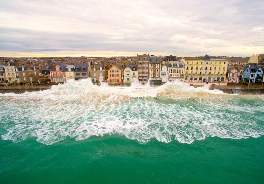 Une immense vague s'abat sur la digue de Saint-Malo, ville bretonne qui connaît les plus grandes marées d'Europe
