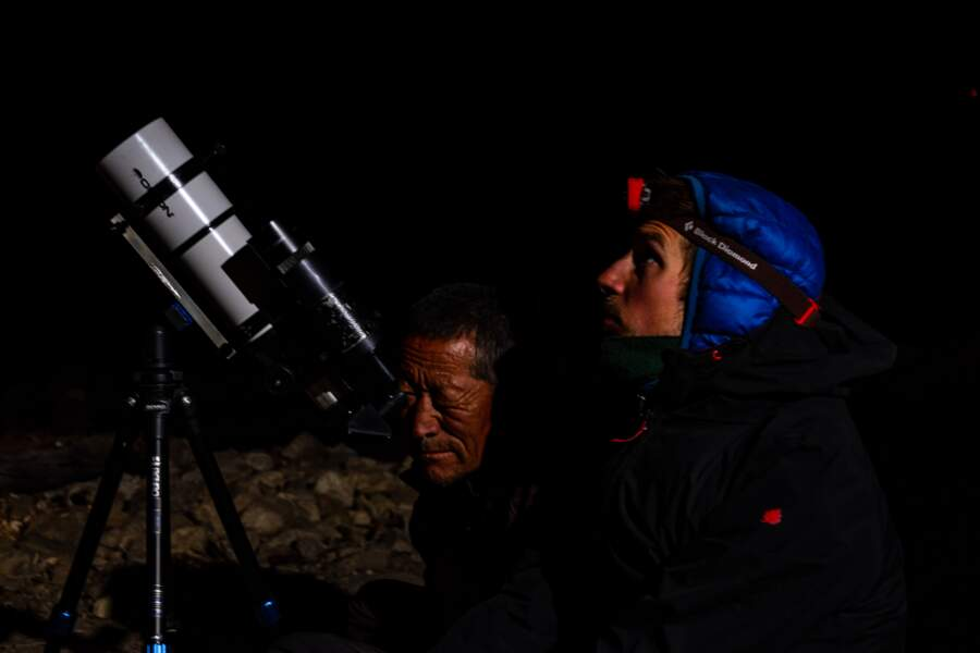 Séance d'observation à la nuit tombante, aux abords de la frontière tibétaine