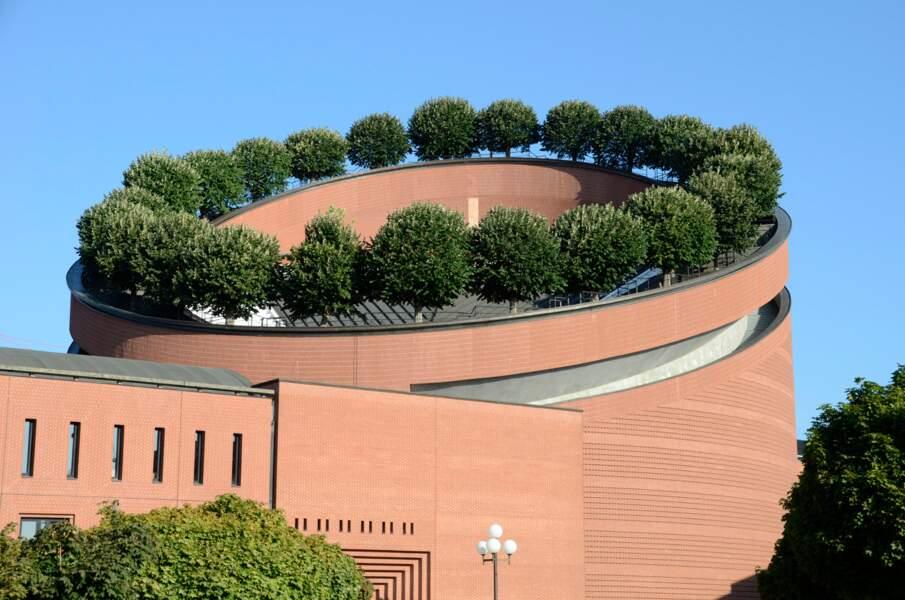 Les tilleuls de la cathédrale d'Évry, une couronne végétale