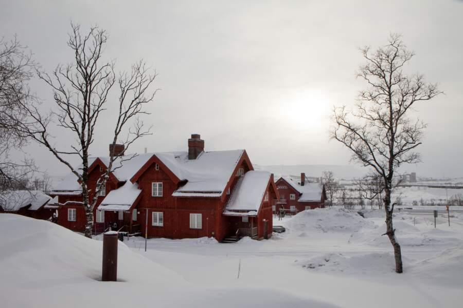 Maison typique en bois de Kiruna recouverte de neige