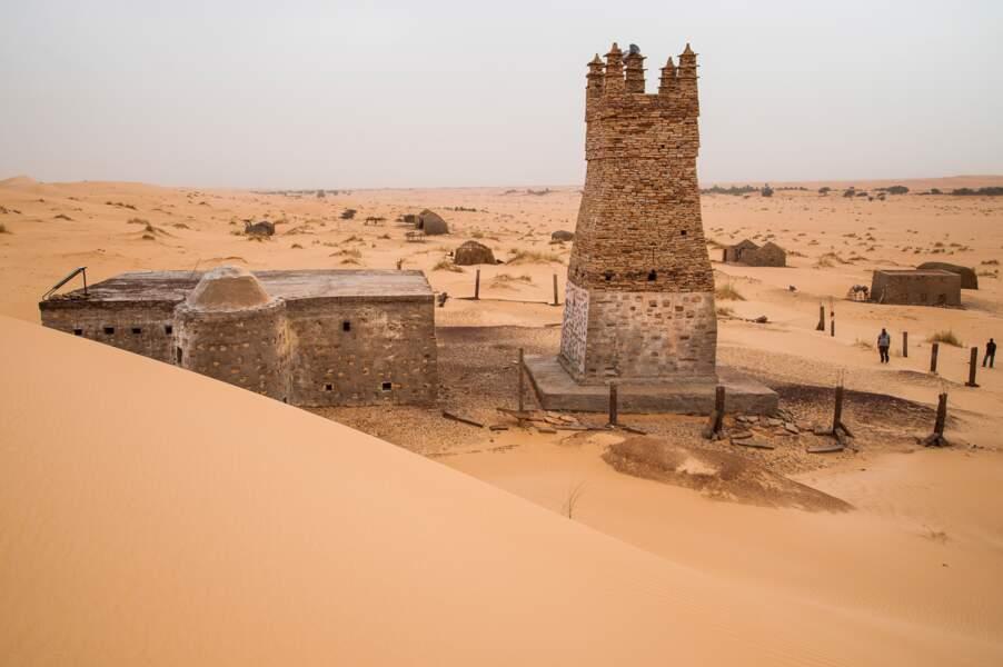 Cernée par le sable