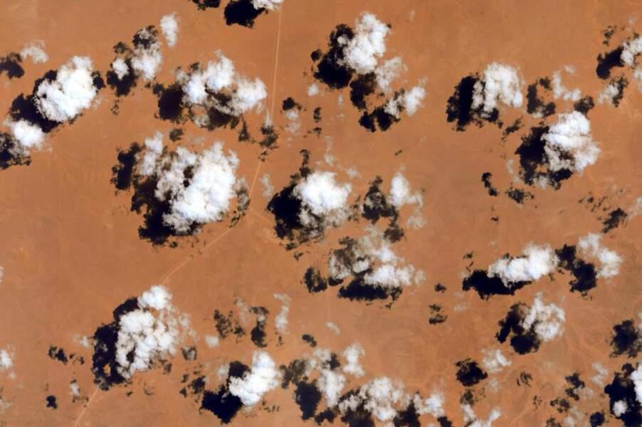 Nuages dans le désert libyen