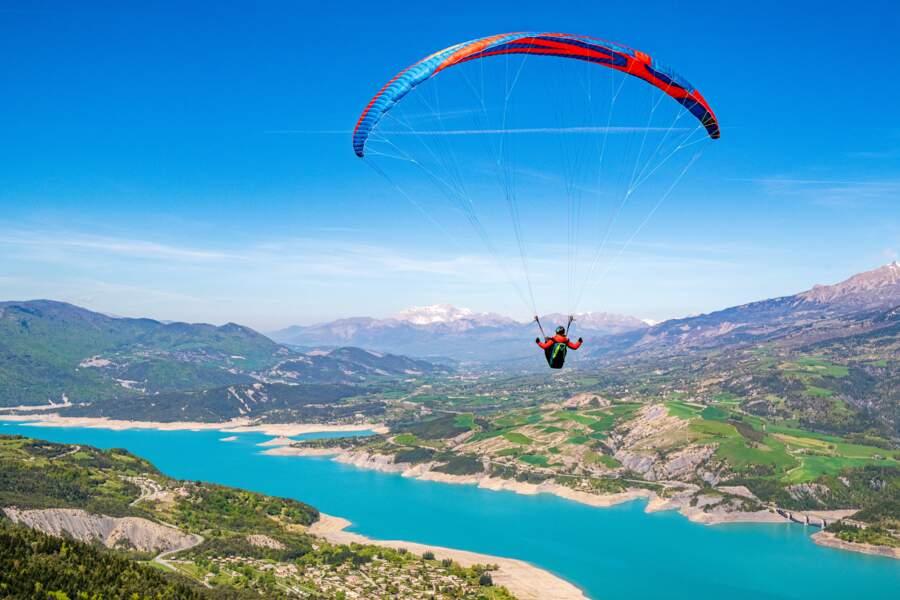 Vol au-dessus du lac de Serre-Ponçon, Hautes-Alpes