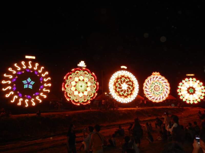 Un concours de lanternes géantes (Philippines)