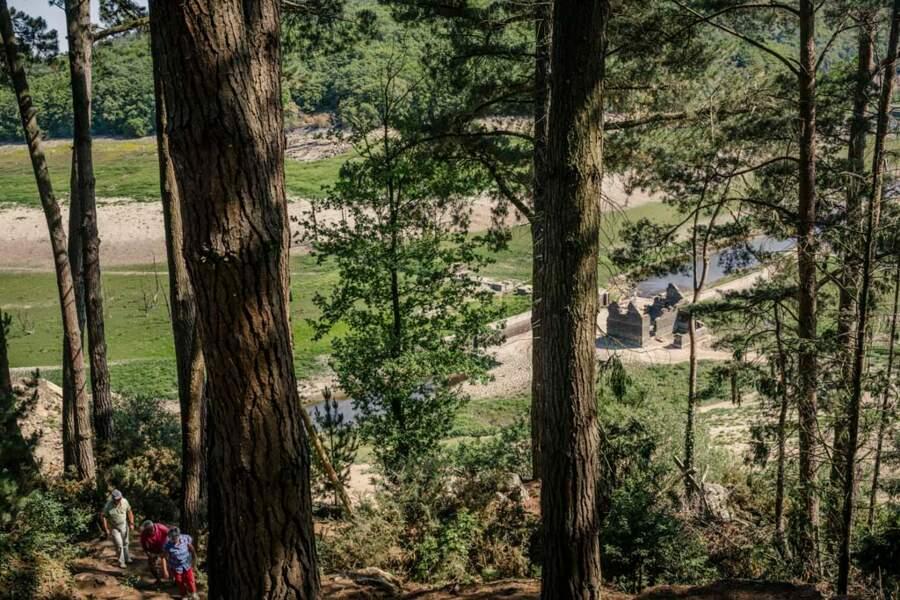 Ruines dans le lac artificiel du barrage de Guerlédan