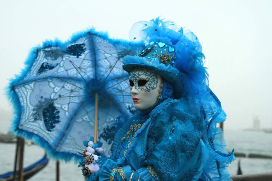 Passante à l'ombrelle bleue