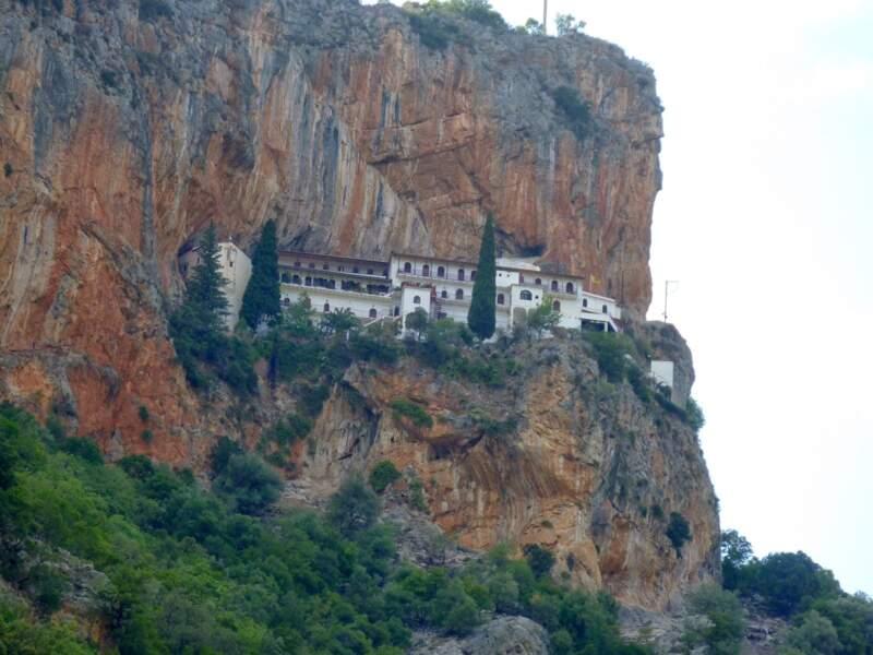 Grèce - Les gorges du Dafnon : une sublime route parsemée de villages, moines, chèvres et chiens