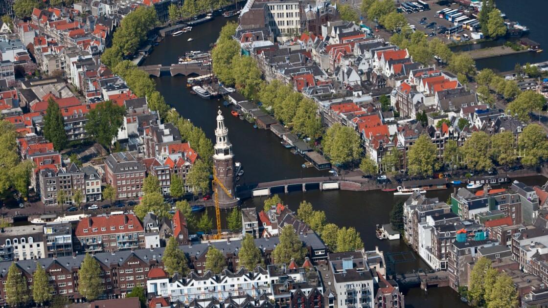 Amsterdam : et au milieu coulent les canaux