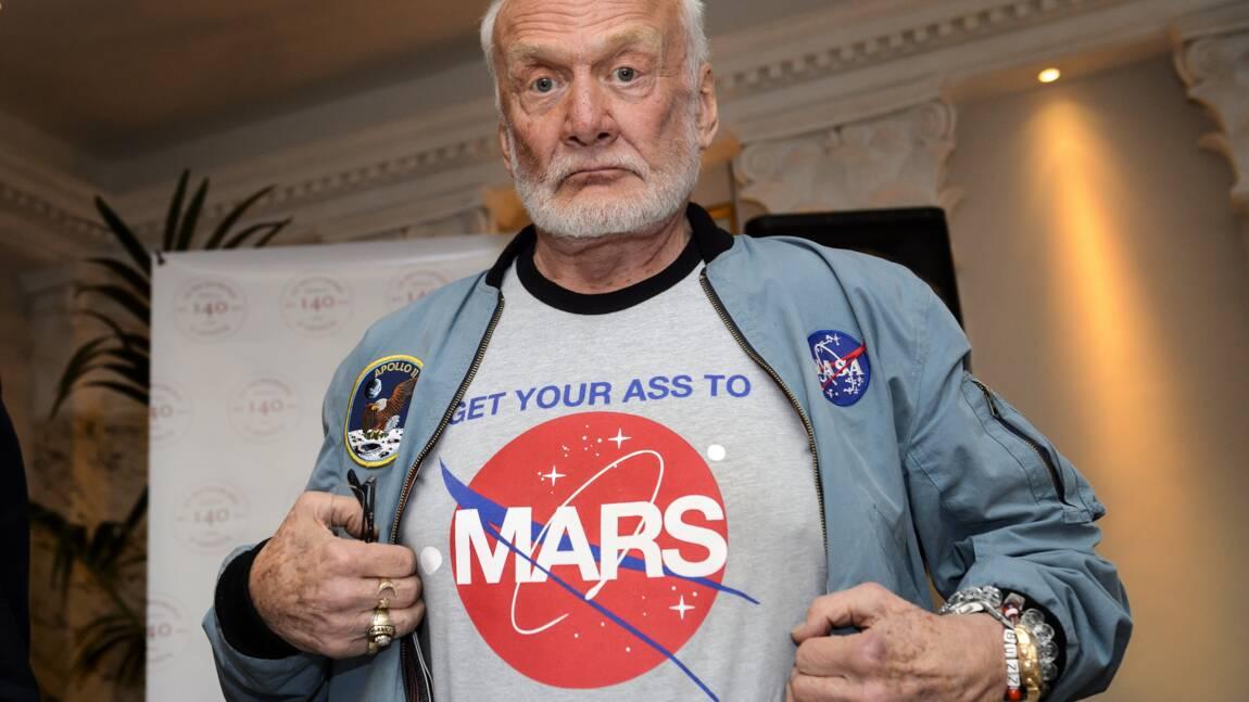 """L'ex-astronaute Buzz Aldrin, hospitalisé, """"se remet bien"""""""