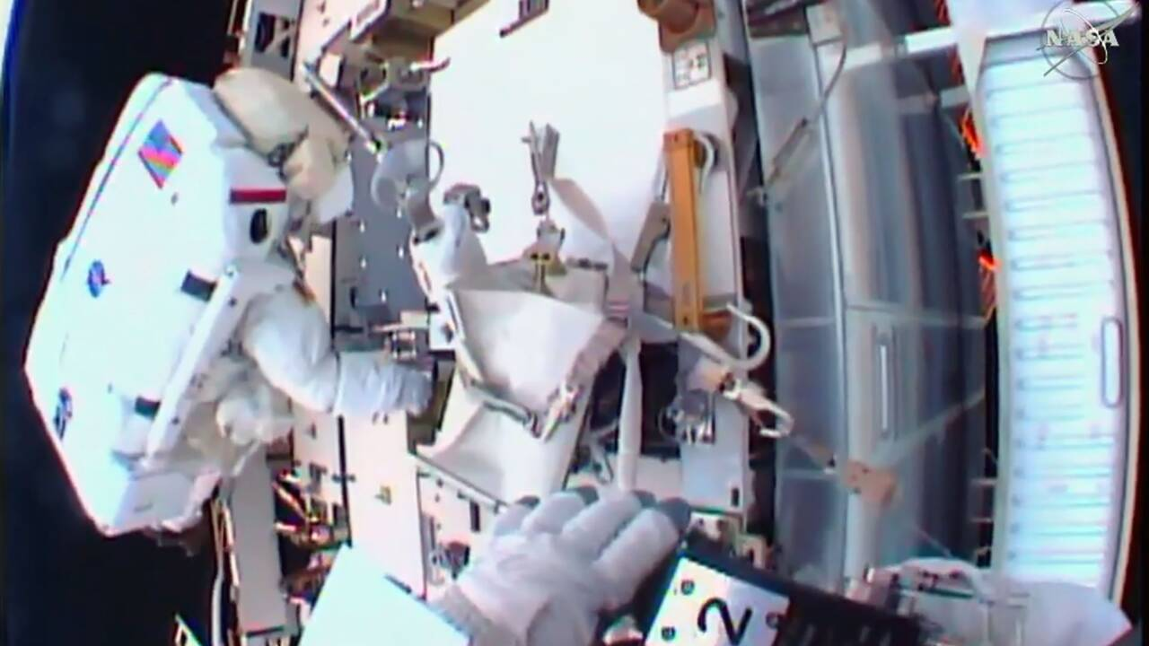 Début d'une sortie orbitale de deux astronautes américains de l'ISS