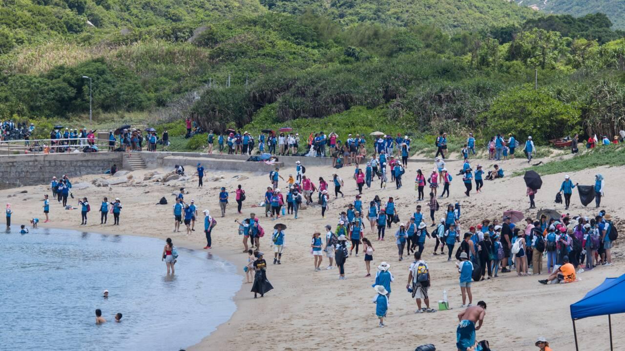 Hong Kong: plus de 2.000 bénévoles nettoient une plage prisée des tortues