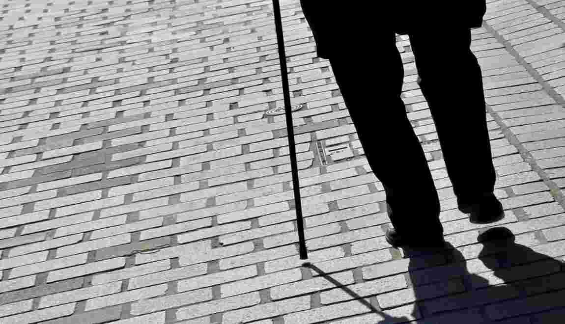 Des marches à ressorts pour aider les personnes âgées à monter l'escalier