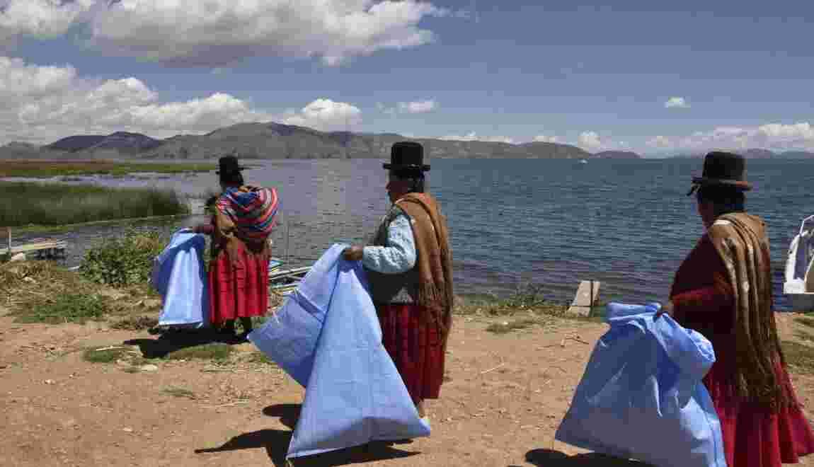 Bolivie : des indigènes nettoient le lac Titicaca pour l'exemple