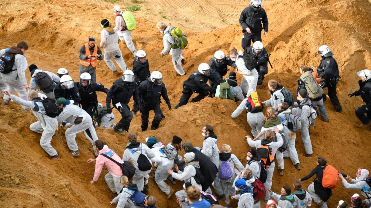 Près de Bonn, manifestation dans une mine de charbon à la veille de la COP climat
