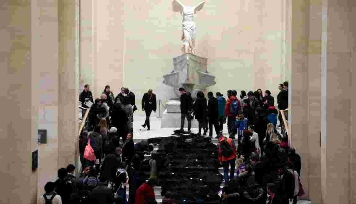"""Climat: des militants font couler une """"rivière de pétrole"""" au Louvre"""