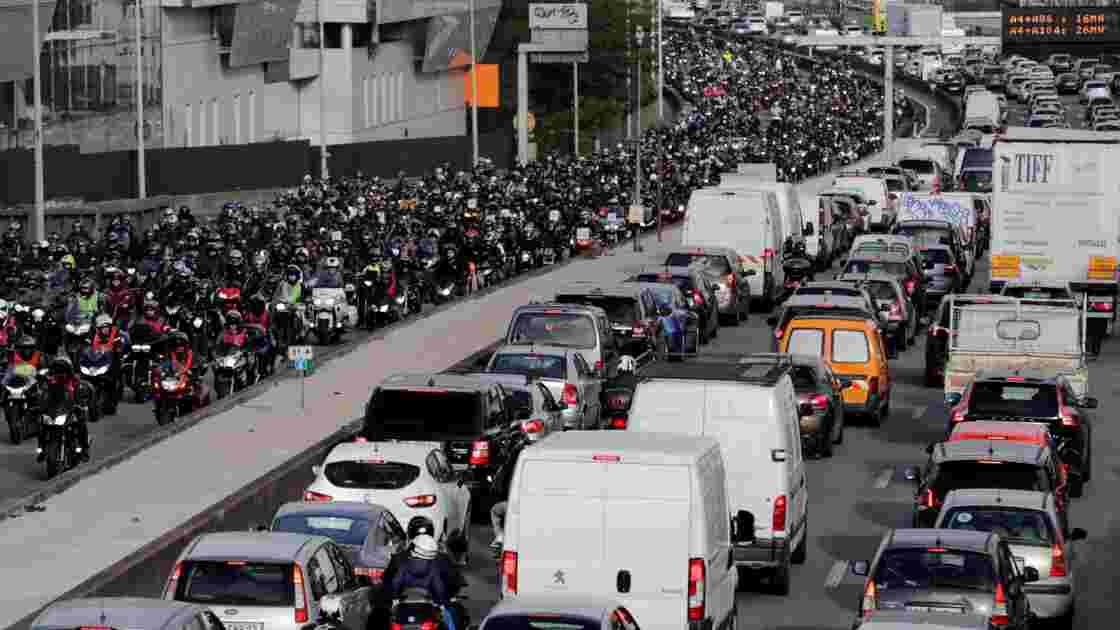 """Quelques milliers de motards """"en colère"""" manifestent en France"""