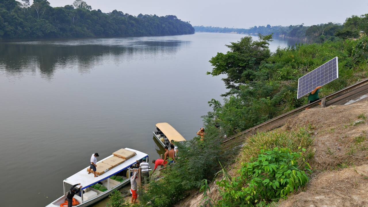 En Amazonie, des panneaux solaires pour une énergie propre