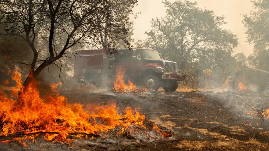 """Vents """"erratiques"""" et sécheresse attisent les incendies mortels de Californie"""